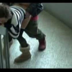 Joven china pillada follando en las escaleras del colegio