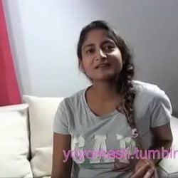 La joven india con trenzas acepta grabar su primer casting a cambio de dinero