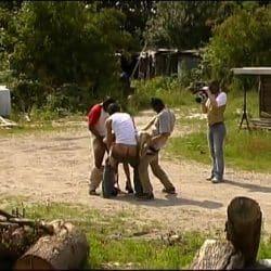 Grupo de hombres violan a una mujer duro en una granja