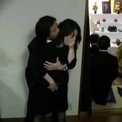 Japonesa viuda follando en el funeral de su difunto marido