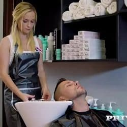 La rubia peluquera termina follando con uno de sus clientes