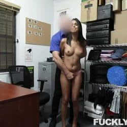 Teen Vienna Black es follada a la fuerza como castigo por robar en una tienda