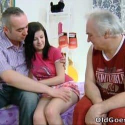 Viejo se corre encima de su nieta con el otro abuelo delante