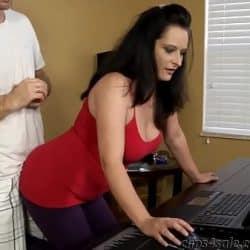 Milf con piercing en las tetas haciendo assjob con su compañero de trabajo