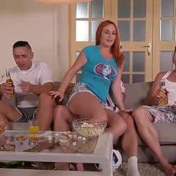 Pelirroja Eva Berger experimentando una DP con su grupo de amigos