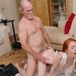 Linda pelirroja adolescente Dolly Little follando con su abuelo después de tomarse viagra