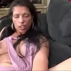 Me follo a mi madre borracha en el sofá del comedor