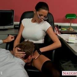 Secretaria sexy con gafas Leela Kane follando con su jefe en el despacho