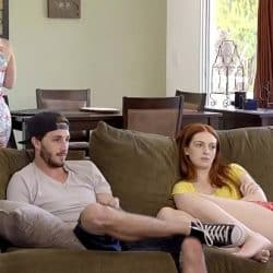 Skinny pelirroja Maya Kendrick es pillada follando con su hermano mientras miran la TV