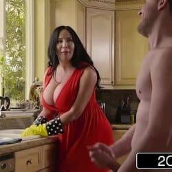 Tetona milf Sybil Stallone se corre de placer con su hijastro en la cocina