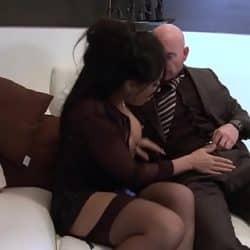 Escort morena haciendo anal con un viejo pervertido en daftsex