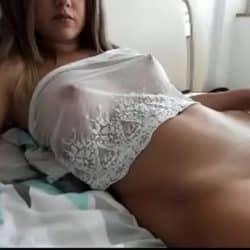 Jovencita brasileña con pechos naturales masturbándose en la webcam
