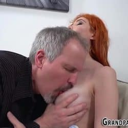 Jovencita pelirroja Gisha Forza se besa apasionadamente con su abuelo