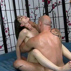 Molly Jane hace un masaje erótico muy sensual que termina con una buena mamada
