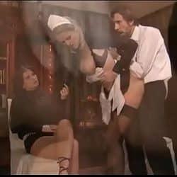 Porno clásico de dos sirvientas haciendo anal en una orgía