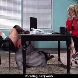 Preciosa madura de tetas grandes Krissy Lynn se folla a su compañero de trabajo