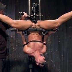 Sumisa India Summer teniendo sexo bondage atada de manos y pies