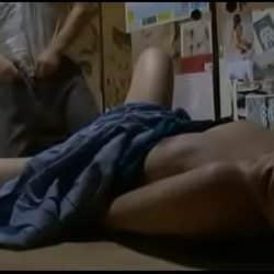 Jovencita japonesa abusada por un viejo verde que se la folla mientras dormía