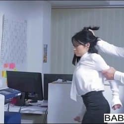Jovencita secretaria Rina Ellis es obligada a follar con su jefe