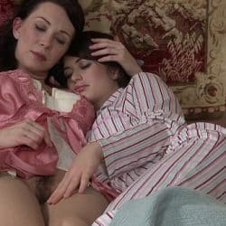 Mamá inglesa Rayveness comparte con su hija Ashlyn Rae un dildo