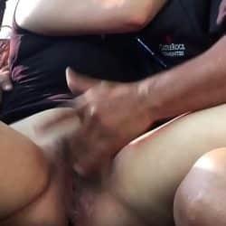 Pareja amateur es cazada teniendo sexo duro en el coche