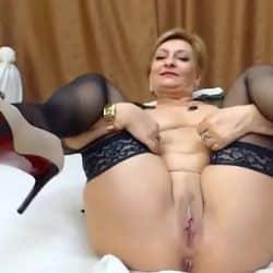 Puta madura con lencería se masturba por la webcam
