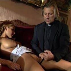 Rubia jovencita Julia Taylor va a confesarse y termina follando con el sacerdote