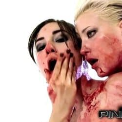 Sasha Grey se llena de sangre por todo el cuerpo mientras la rubia lesbiana le come el coño