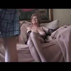 Vieja cachonda contrata a un gigoló para que le haga llegar al orgasmo
