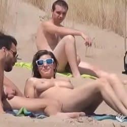 Voyeur graba a una pareja española follando en una playa nudista