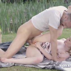 Jovencita pelirroja Ella Hughes follando al aire libre en un 69