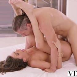 Morena Olivia Lua recibe una corrida facial en Vixen
