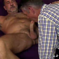 Dos viejos gays con piercings y tatuajes haciendo sexo anal
