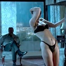 Famosa estadounidense Jamie Lee Curtis haciendo un sexy striptease