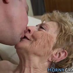 La abuela quiere sentir una polla entre las piernas