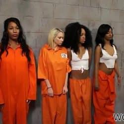 Guardia de seguridad obliga a sus prisioneras a tener sexo entre ellas