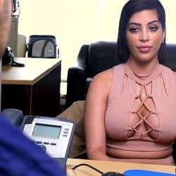 Latina Kitty Caprice necesita dinero y pretende conseguirlo haciéndole una mamada al jefe