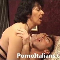 Madura italiana muy sexy quiere comerse la polla de un actor porno
