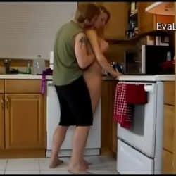 Mamá está poniendo el lavavajillas mientras su hijo la acosa por detrás