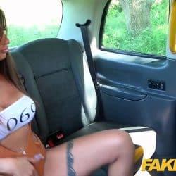 Princess Jas se pone muy cachonda y termina follándose al taxista