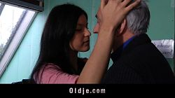 El viejo seduce a su joven estudiante