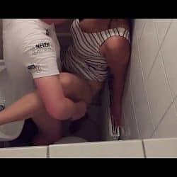Follando con una puta de perrito en el baño