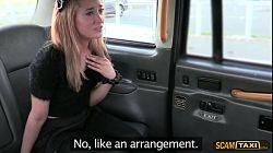 Puta checa quiere pagar el taxi con su coño depilado