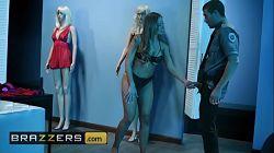 Britney Amber simula ser una estátua sexy para no ser atrapada por el vigilante de seguridad