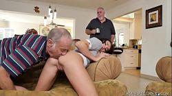 Kharlie Stone jovencita se folla a un viejo por primera vez