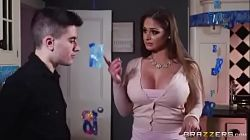 La prima madura Cathy Heaven de Juan El Caballo Loco le da unas clases sexuales