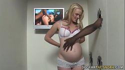 Mujer embarazada Hydii May folla polla negra a través del agujero del gloryhole