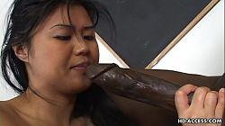 Colegiala japonesa tiene sexo interracial con Byron Long