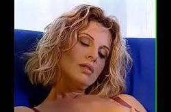 Puta italiana Alessandra Schiavo recibe doble penetración mientras se masturba