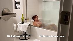 La madre se ducha y a el le gusta mirar